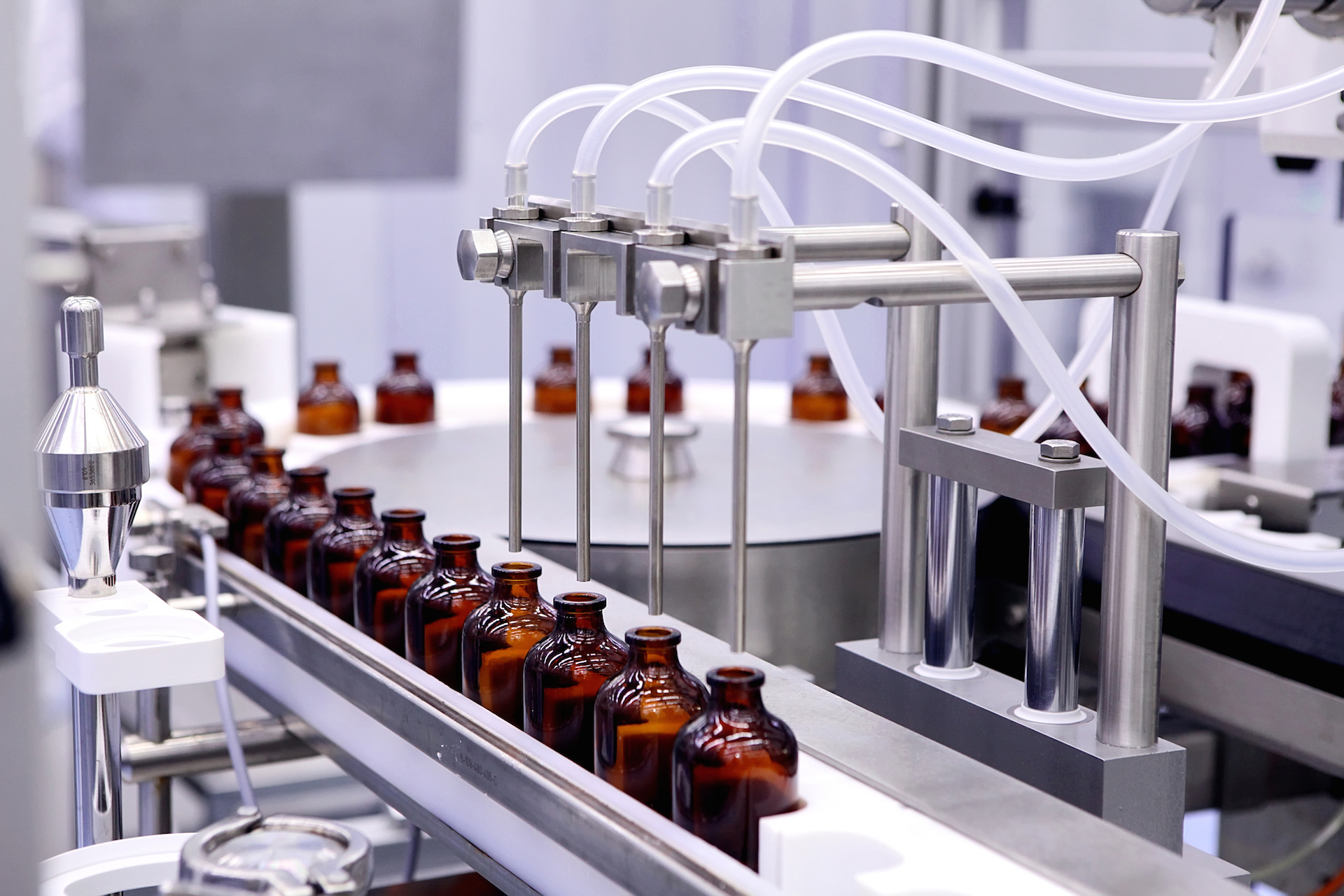 Bottling and packaging of sterile medical products. Machine after validation of sterile liquids. Manufacture of pharmaceuticals.